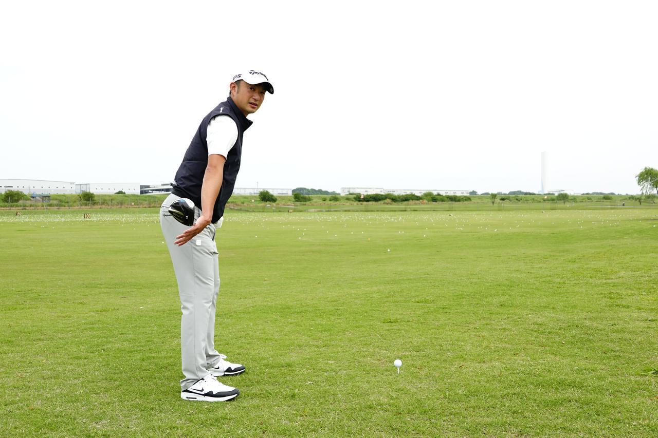 画像: クラブを股関節のつけ根にあてがうことからアドレスを始めることでひざ、腰、肩のライン揃いターゲットに対して平行に構えられる