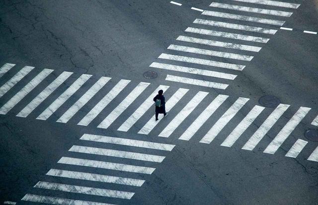 画像: 横断歩道の幅はおおよそ1歩1ヤード