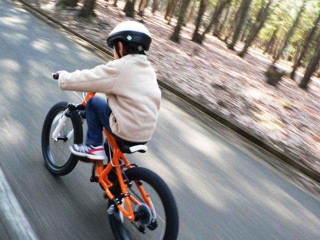 画像: 自転車を運転する練習は、子どもがバランス感覚を養うために効果的だと吉松氏は言う(写真はイメージ)