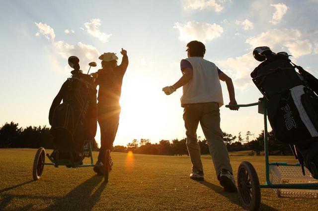 """画像: 早起きは三文の徳を英語でいうと、早起きの鳥は虫をつかまえる、となる。ゴルフでも早朝プレーはなにかと徳ならぬ""""得""""だ"""