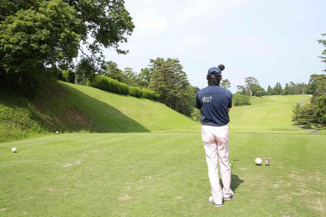 画像: スライスが出るゴルファーは、ティイングエリア右端にティアップし、フェアウェイの左寄りを狙おう(撮影/姉崎正)