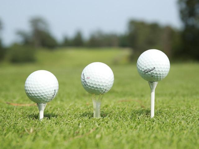 画像: ボールの高さは好みによって変わる。自分が打ちやすい高さを見つけて、常にその高さでティアップしよう(撮影/姉崎正)