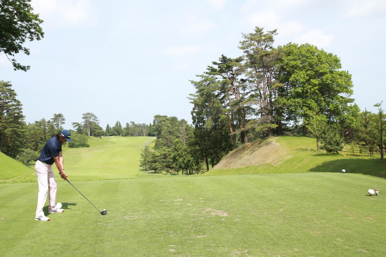 画像: フックが出るゴルファーは、ティイングエリア左端にティアップし、フェアウェイの右寄りを狙う(撮影/姉崎正)