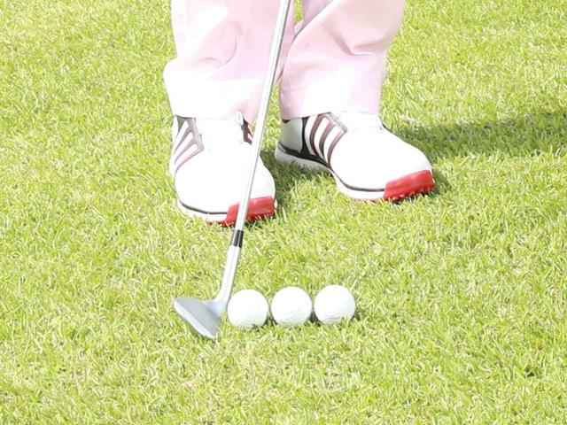 画像: ボール位置は右足つまさき線上が基準だが、さらに右に置けば打ち出しは低くなり、左寄りなら高い打ち出し、というようにある程度微調整できる(撮影/姉崎正)