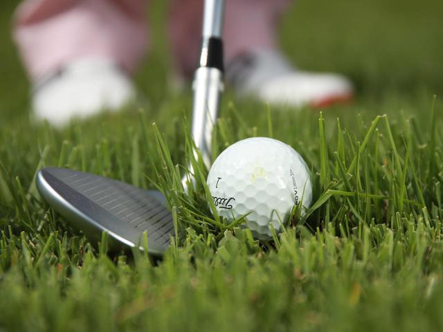 画像: ラフではボールが芝によって持ち上げられ、地面よりわずかに浮いている(撮影/姉崎正)