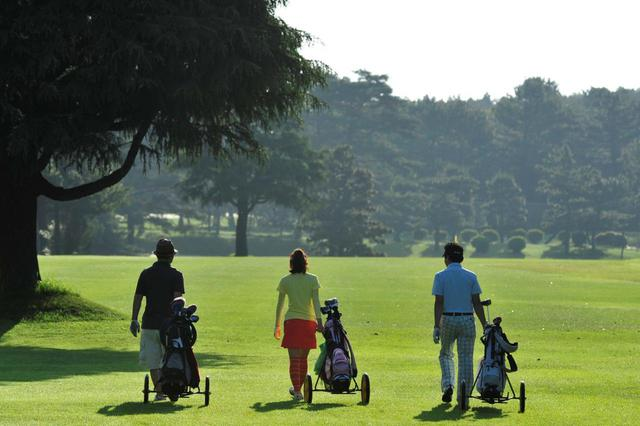 """画像: 感染対策でスループレーを推奨するゴルフ場が増えたが、""""スループレー""""と""""昼休憩あり""""どちらのプレースタイルを利用するゴルファーが多いのだろうか(撮影/有原裕晶)"""