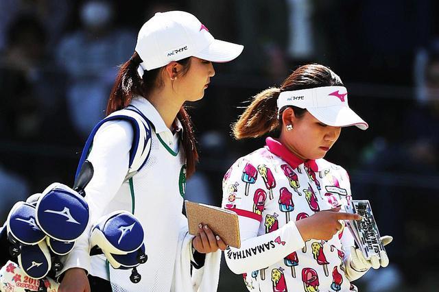 画像: 吉本のバッグはツアーと同様に姉の百花さんが担ぐようだ(写真は2019年のバンテリンレディスオープン 撮影/大澤進二)