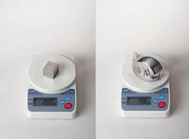 画像: 画像A 横3cm/縦3.3cm/奥行2.5cmのステンレスキューブ。空洞でなければこんなにコンパクト(左)。1979年木製ヘッドに代わる、精密で耐久性能高いメタルヘッドを発売したテーラーメイド。ヘッド内は空洞だが発泡剤が充填されていた(右)