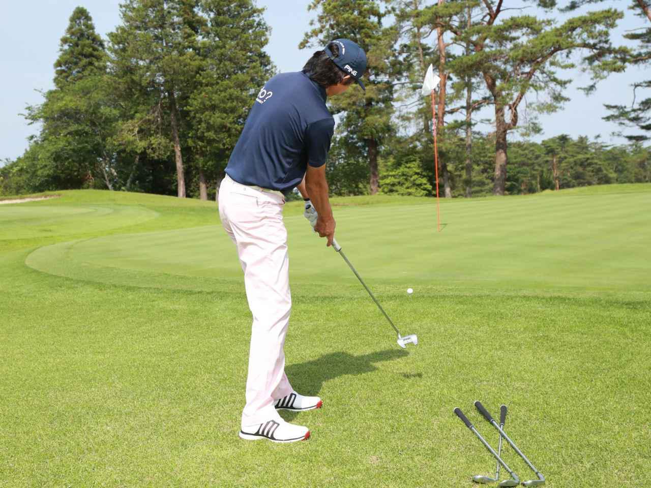 画像: グリーン周りのアプローチでは、転がしのみで寄せられてリスクの低いパターを、クラブ選択の第一候補として考えよう(撮影/姉崎正)