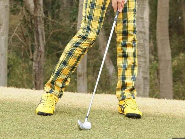 画像: 左足下がりではボールを体の中心かやや左に置くのが正解