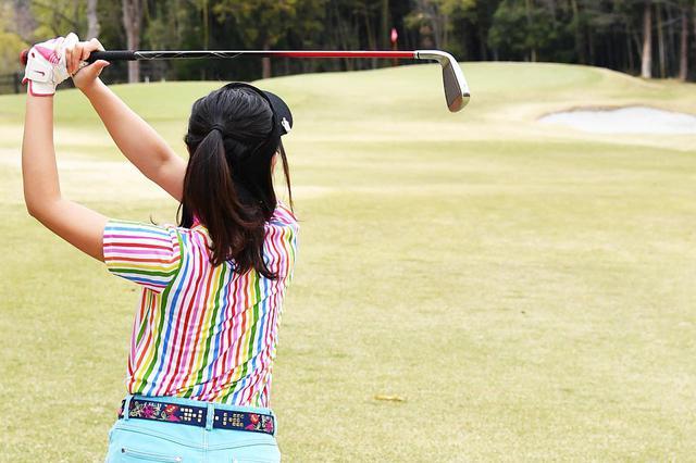 画像: 飛距離の出ないゴルフ女子でも100は切れる(撮影/増田保雄)