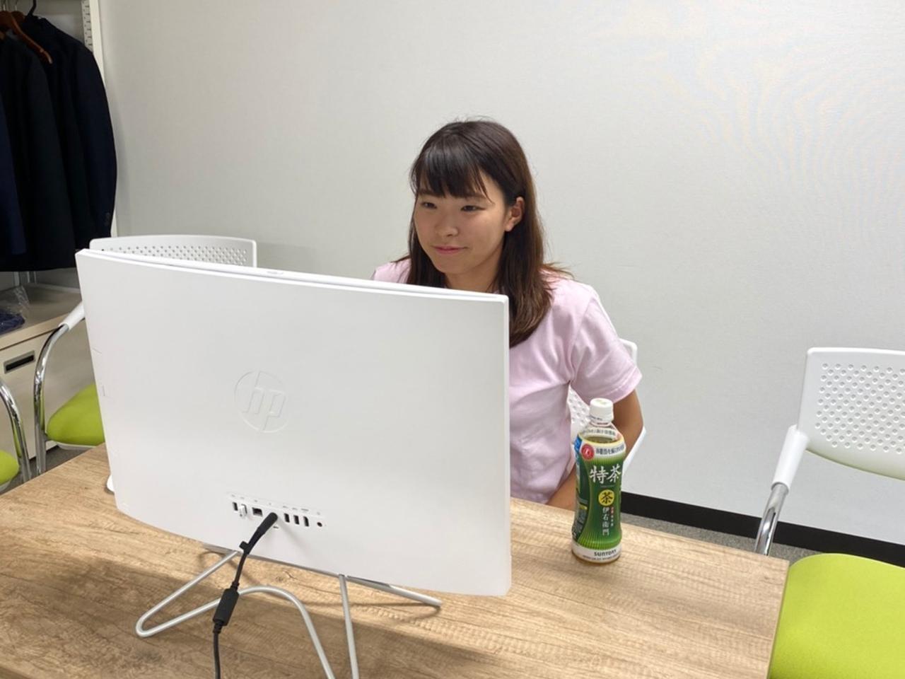 画像: リモートで記者からの質問に答えた渋野。PCの画面を見つめる姿はちょっと新鮮な印象だ(写真は所属事務所提供のもの)