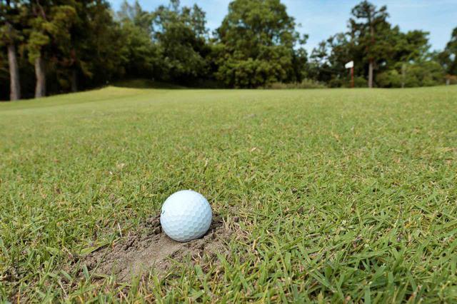 画像: 目土の上に止まってしまったボールを打つ際も、ダフリに強いUTは有効だ(撮影/小林司)