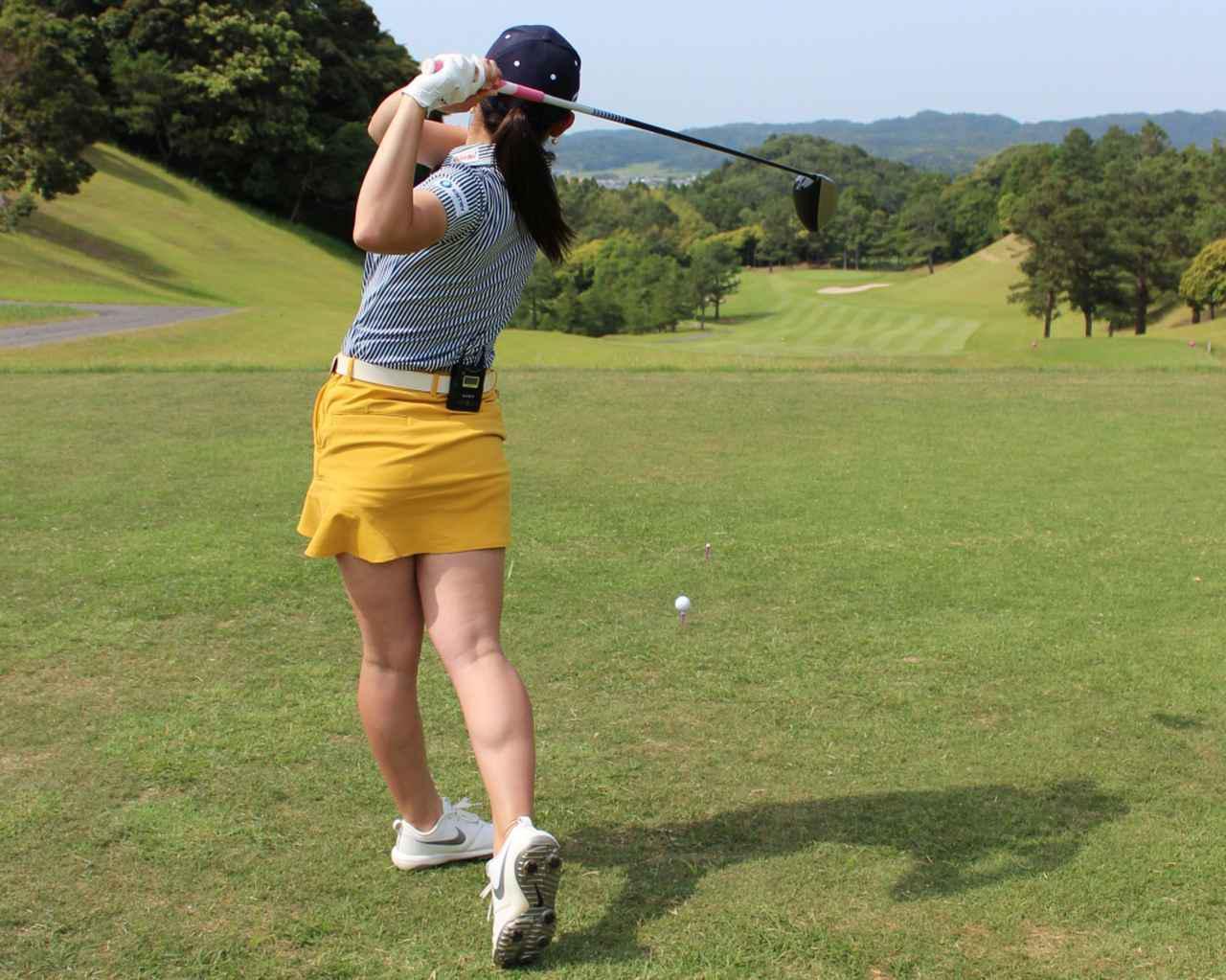 画像: 素振りをする際はボールの後方で、ゆっくりと大きなスウィングアークを心がけてやろう