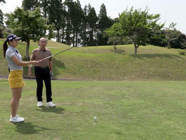 画像: クラブを前面に構え、ボールとターゲットを結ぶラインをシャフトを目安にイメージしていく