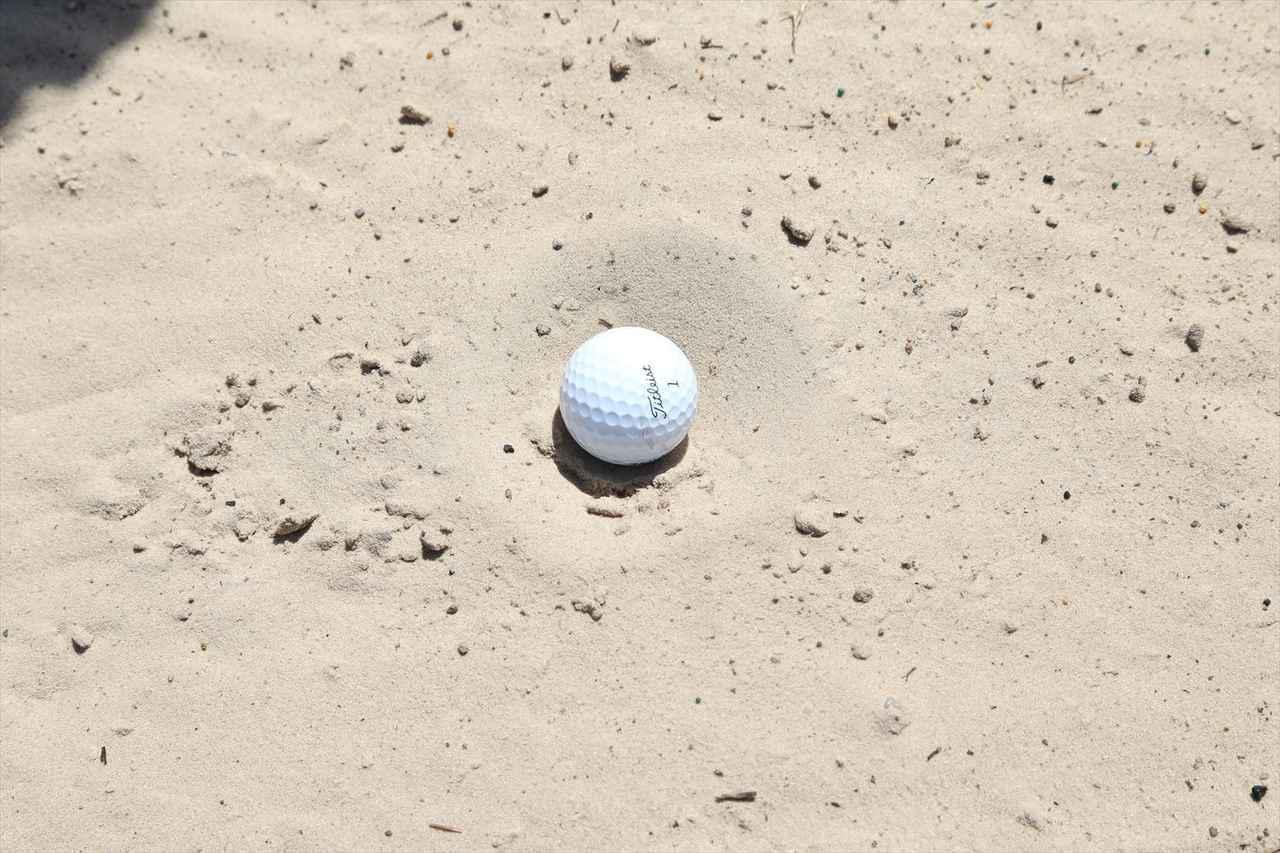 画像: 写真A:ボールが通常よりも深く埋まってしまった目玉状態。この状況から脱出するにはどう打てばいい?