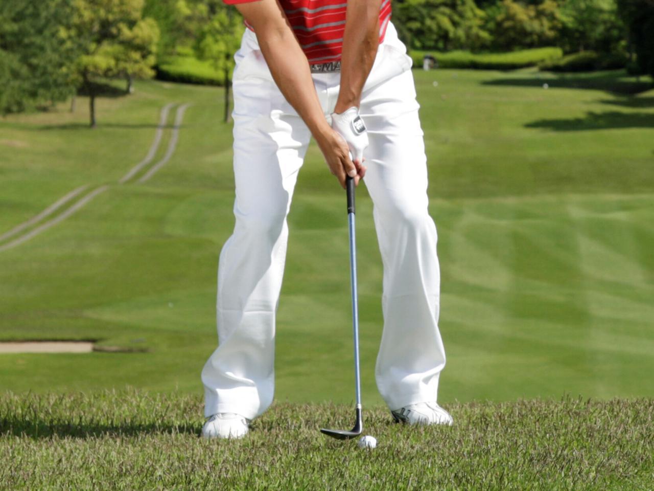 画像: スタンスはオープン、肩幅が収まるくらいの幅で構えよう。ボールは左寄り、クラブを構えたときにシャフトが地面と垂直になる位置がベストだ