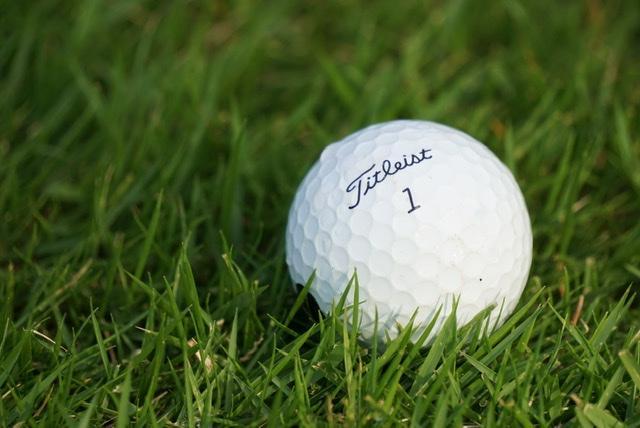 画像: 朝露などほんのわずかな水分がボールについているだけで500〜1000回転/分はスピンが減ってしまう。