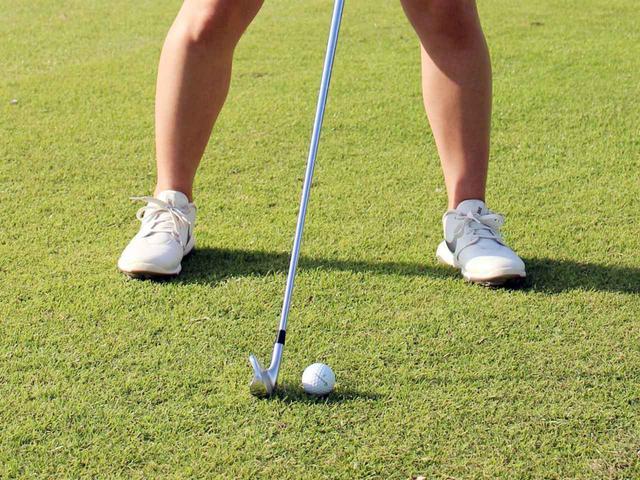 画像: ボール位置は体の中心、あるいはやや右足寄りに置こう