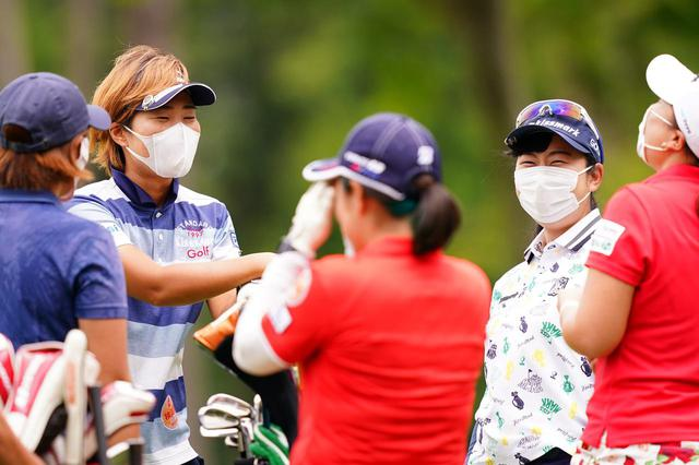 画像: 練習場や練習ラウンドでは選手もマスクを着用しソーシャルディスタンスを保って感染防止に努めた(Getty Images/JLPGA提供)