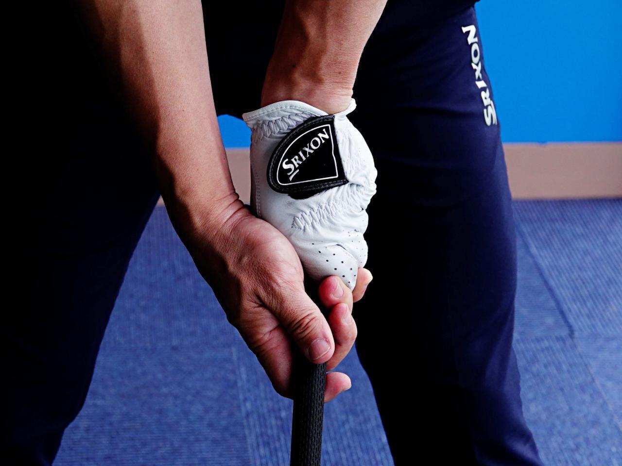画像: ストロンググリップは構えたときに左手のナックルが3つ見える角度が目安