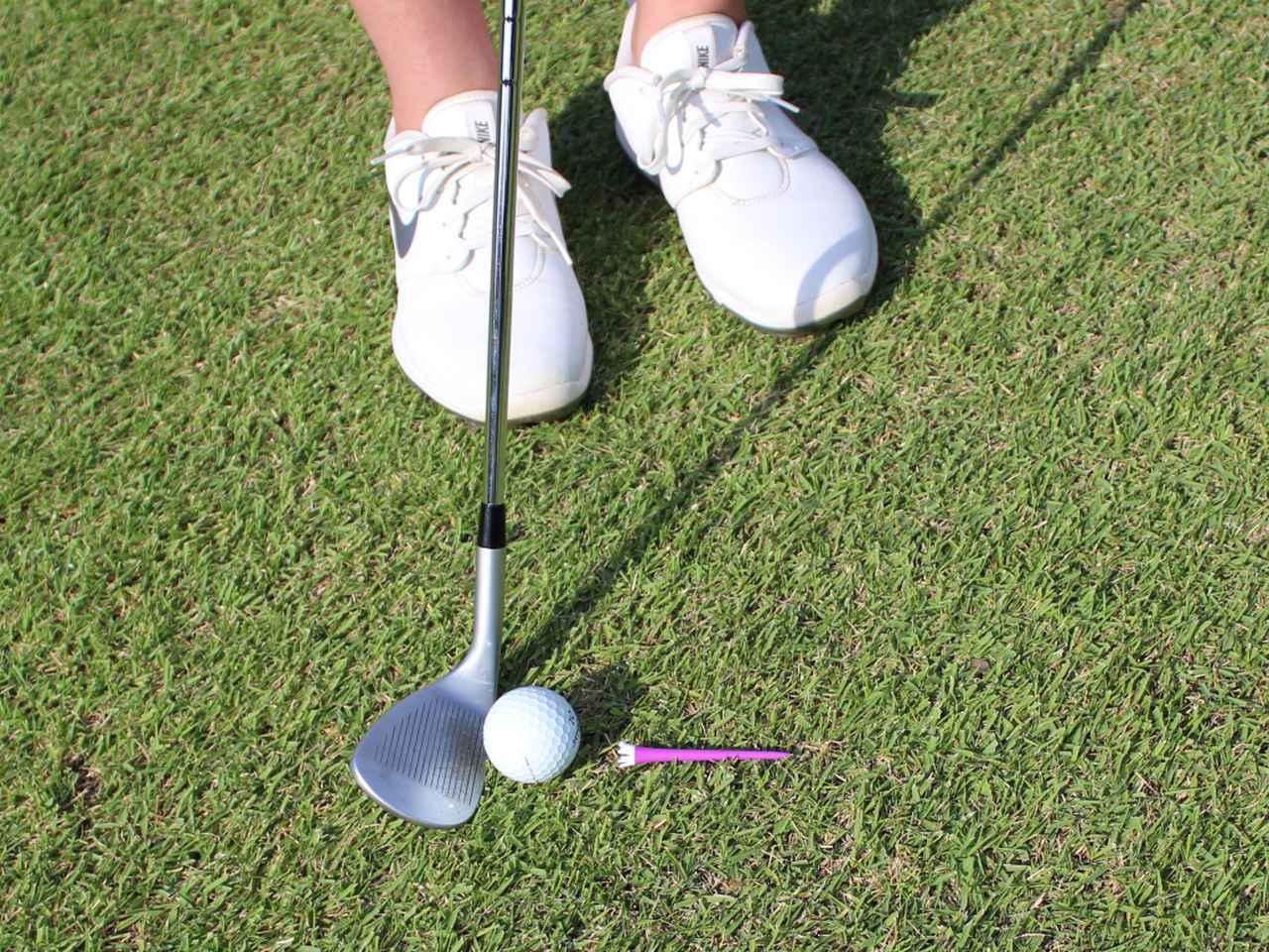 画像: フェースを開かずに、リーディングエッジを目標へ向けて構えよう。ボール位置は右足の内側の延長線上に位置するくらいが良いと江澤