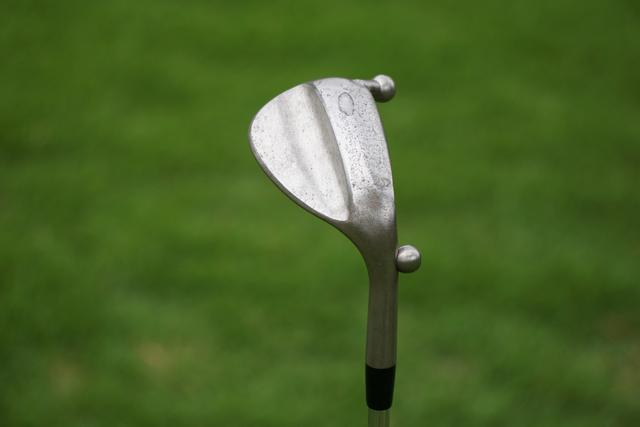 画像: トゥ・ヒールに鉄球を溶接してヘッドの重心を前に持ってきたボーケイウェッジのテストサンプル