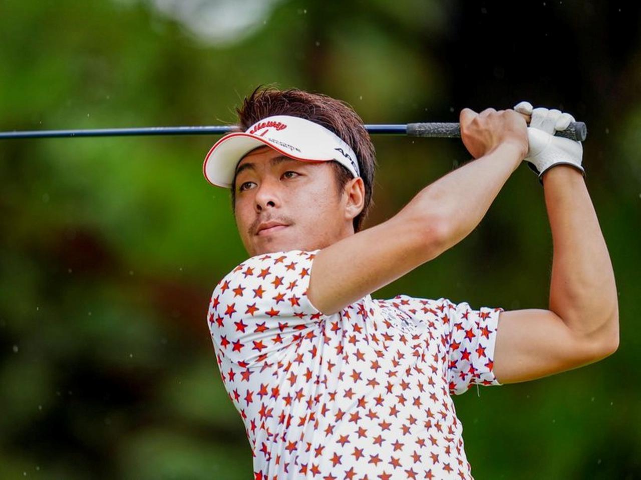 画像: 1993年生まれの竹内廉はQTランク24位の資格で出場し、初日6アンダー5位タイ(写真/JGTO images)