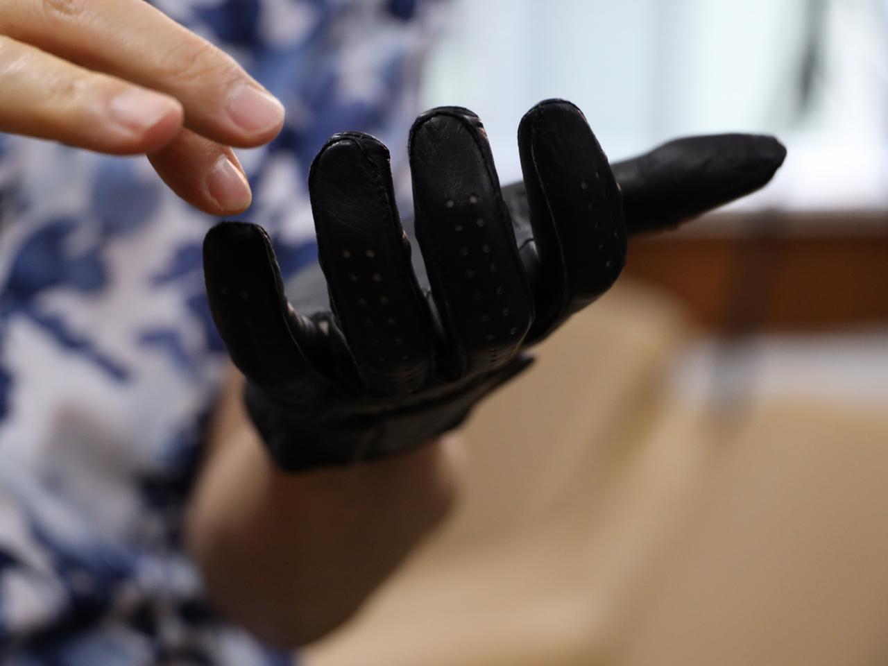 画像: グローブはキャスコ製の特注品。3Dスキャナで自身の手を計測し、ジャストサイズのものを使用している