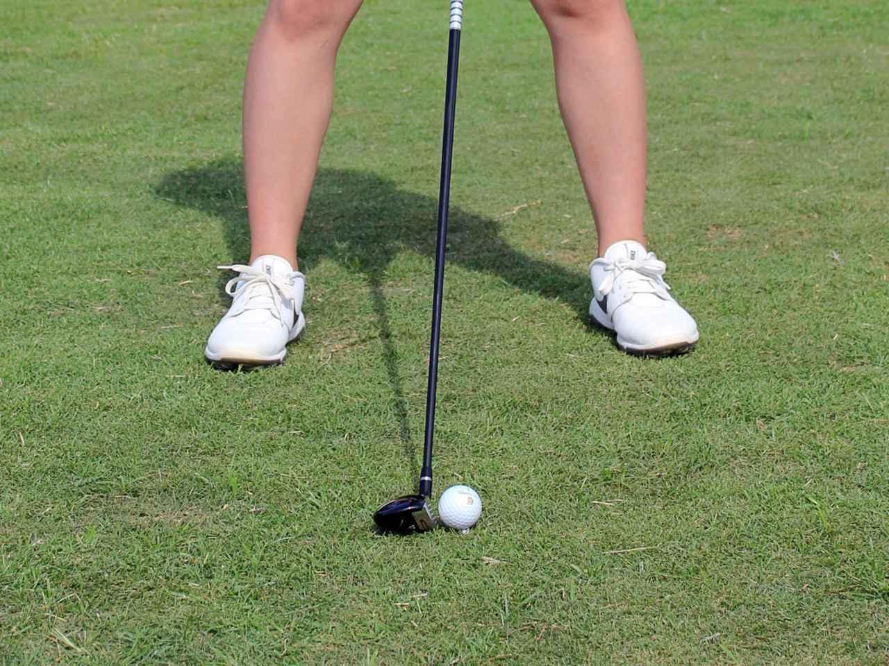 画像: ボール位置は体の真ん中、あるいはそれよりも少し左寄りが正解