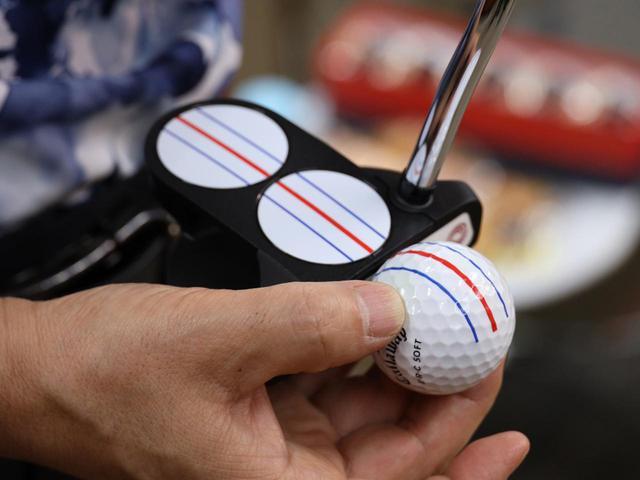 画像: アライメントしやすいよう、赤と青の3本のラインが描かれたオデッセイの「トリプルトラックパター2ボール」。ボール「E・R・Cソフト」の3本線と併せることで「打つ前に迷わなくなる」と関根