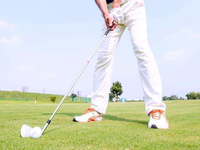 画像: スタンス幅はどう決める? ライによってどう使い分ける? ゴルフの「スタンス」について、まとめて解説 - みんなのゴルフダイジェスト