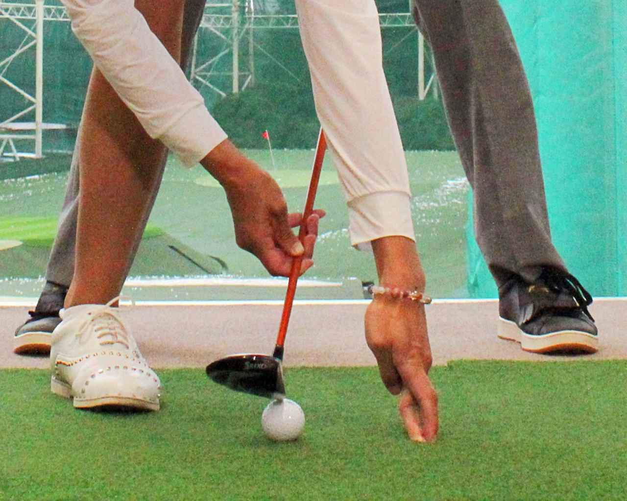 画像: ボール位置を真ん中、あるいはそれよりも右寄りにしてしまうと、クラブの最下点よりも手前でボールに当たってしまいチョロの原因につながる