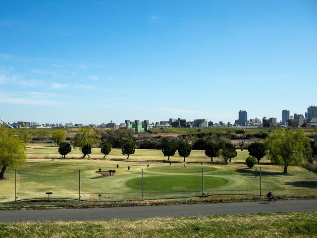画像: 東京「赤羽ゴルフ倶楽部」は都心からのアクセスも良い河川敷コース