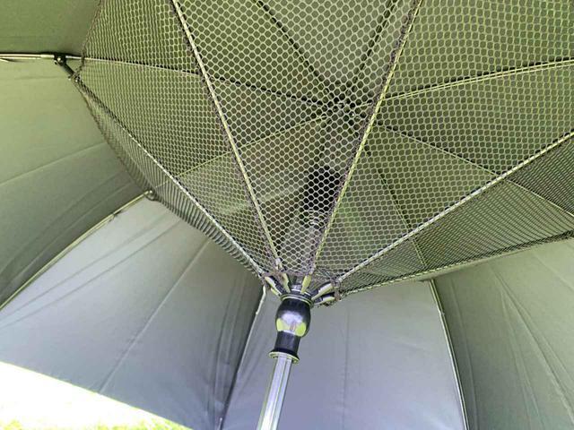 画像: 持ち手部分のスイッチを押すと、傘の内側に取り付けられている扇風機が動くようになっている「アクセル 銀バリ傘」。この時期にピッタリのアイテムでした!