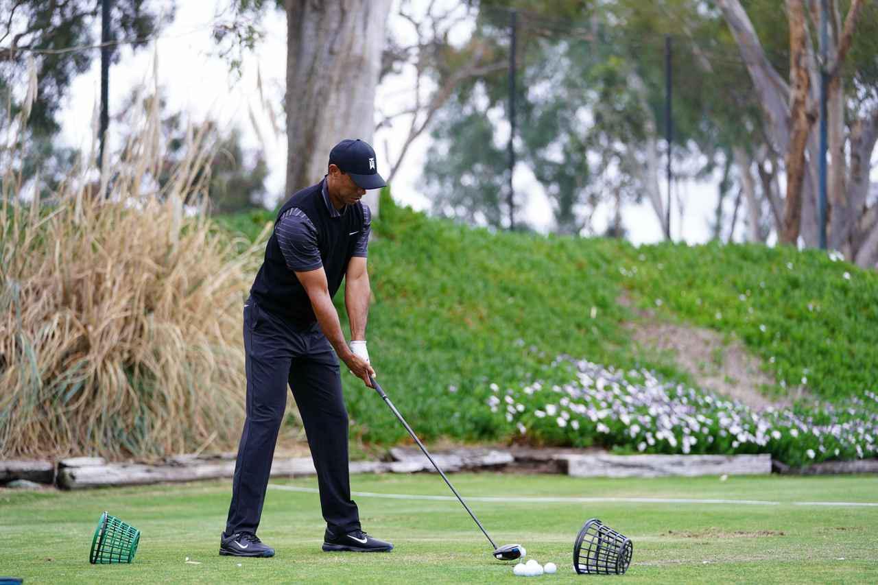 画像: 1番目の画像 - ファーマーズで見せた最新スウィング! タイガー・ウッズのドライバー連続写真(斜め後方) - みんなのゴルフダイジェスト