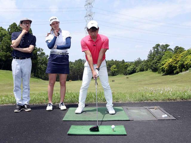 画像: 江波戸のボール位置が左足つま先線上と、左寄りであることを高島は指摘する