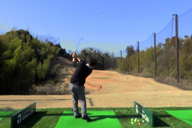 画像: 右手首を内側に捻るようにインパクトすることで、フェースは開いたまま、かつヘッドは走り、ボールが高く上がる