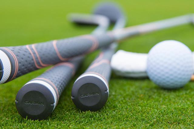 画像: 「MARQ Golfer(マーク ゴルファー)」に付属されているクラブトラッキングセンサー(ApproachCT10)をグリップエンドに取り付け連携すると自分のスタッツを分析してくれる(写真提供/ガーミンジャパン)