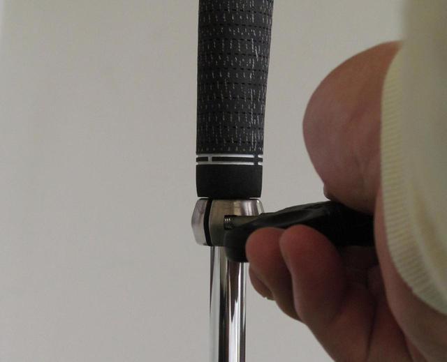 画像: グリップ下の金具部分を緩めると長さが変化。31~38インチに調節可能