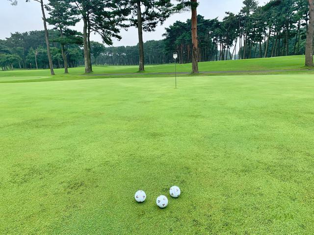 画像: スタート前の練習グリーンでは少し下りのラインから始め、歩測をしてから打ち、仕上げは上りのショートパットの3つの練習をすることを勧めるという