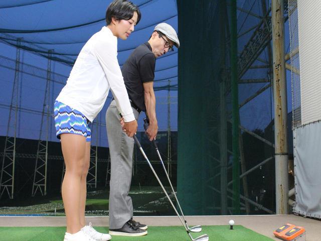 画像: 転がしのアプローチの場合は、普段より棒立ち気味で構える。腕とクラブが一直線になるよう意識しよう