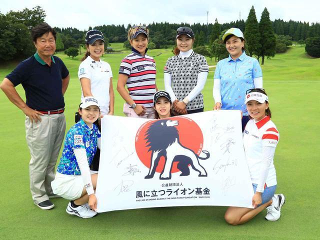 画像: 藤田さいき(後列右から2番目)、成田美寿々(後列左から3番目)、テレサ・ルー(前列右)、辻梨恵(前列左)、大西葵(後列左から2番目)。総勢5名の女子プロが、チャリティスキンズマッチを通じて医療従事者への支援、寄付金を募る