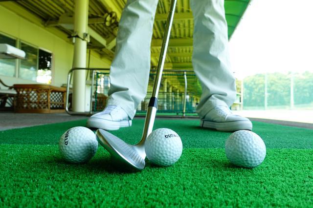 画像: ボールの位置を少しづつ変えながら打つことで、弾道の高さのコントロールと距離感を知ることで実戦で役に立つ