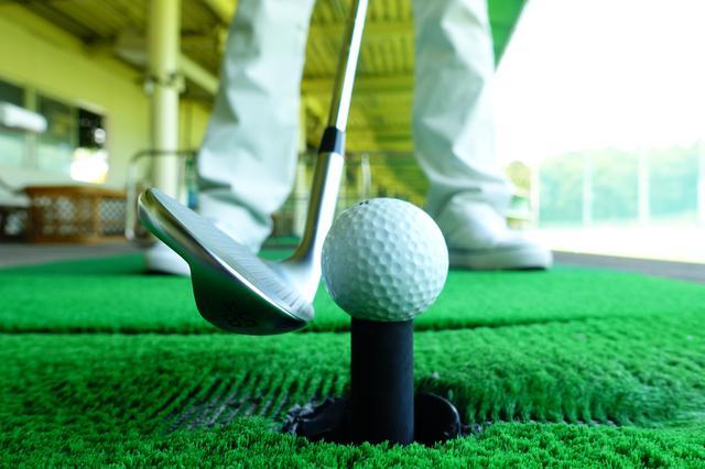 画像: ティアップしてSWを打つ練習は、打点をそろえることで距離感やスピン量の安定につながる