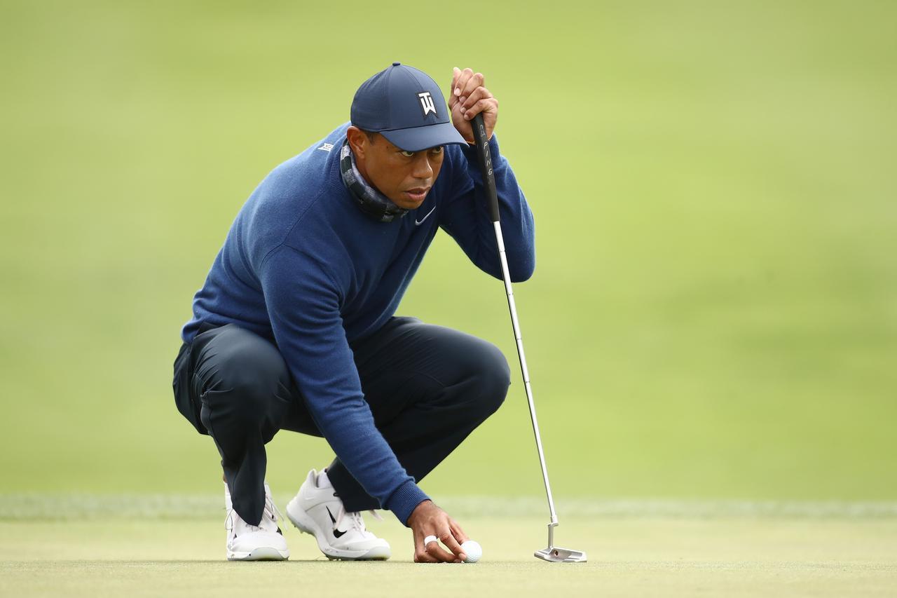 画像: エースパターと形状はほぼ同じだが、長さを35.25インチまで伸ばしたパターを全米プロゴルフ選手権で使用したタイガー(写真はGetty Images)