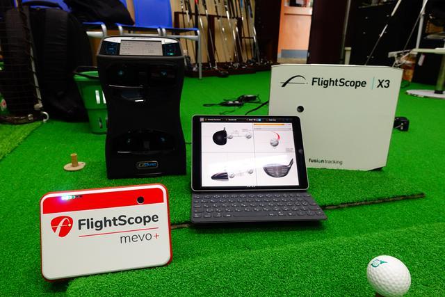 画像: フィッティングに使用する弾道計測器、GCクワッド(左奥)、フライトスコープ(右)、フライトスコープミーボ(左手前)