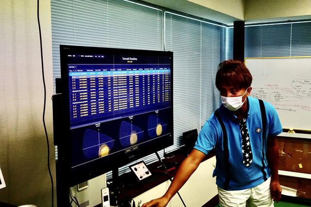 画像: ギアーズ画面の説明をする奥嶋誠昭コーチ