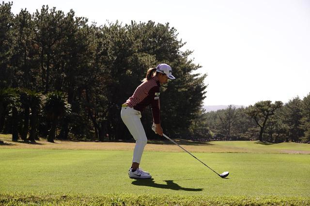 画像: 1番目の画像 - リコーカップ2日目で見せたスウィング! 渋野日向子のドライバー連続写真(後方) - みんなのゴルフダイジェスト
