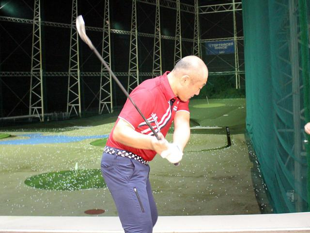 画像: ボールを打ちに行く意識が強いあまり、コックが早くほどけてフェースが被り、左へのミスにつながってしまった